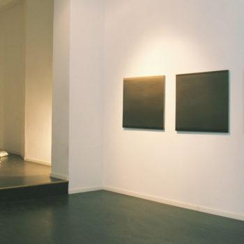 Teoksen nimi: Satiinityyny- ja maalausinstallaatio; galleria Huuto Uudenmaankatu, 2005