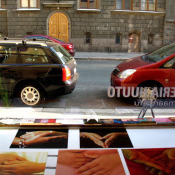 Teoksen nimi: valokuvasarja Kädet; galleria Huuto Uudenmaakatu, 2005
