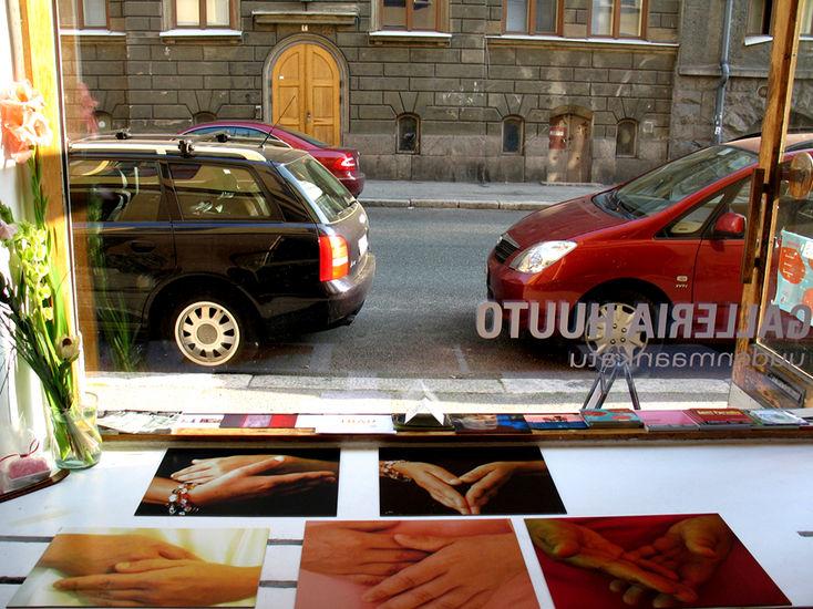 valokuvasarja Kädet; galleria Huuto Uudenmaakatu, 2005