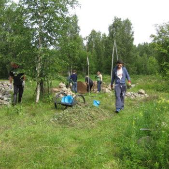 Teoksen nimi: Yhteisöpäivä 28.7.2015 Kukkivalla KiviPellolla.