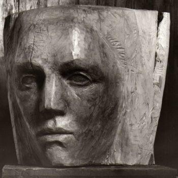 Teoksen nimi: Tytön pää, 1982, puuveistos, korkeus 50 cm