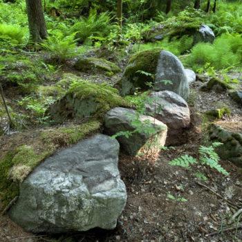Teoksen nimi: Läpi harmaan kiven / Through the grey stone, Helsinki