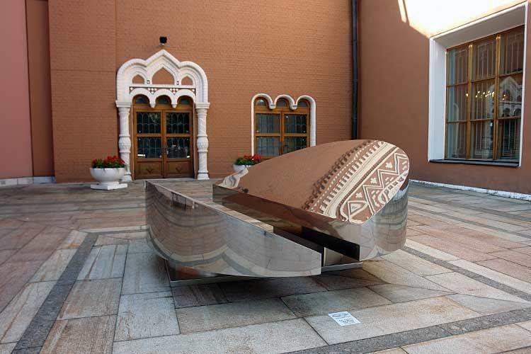 polished stainless steel sculpture Järvenpeili.
