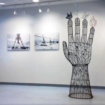 Teoksen nimi: Avoin käsi; valokuvia sarjasta Maailman rakentaminen