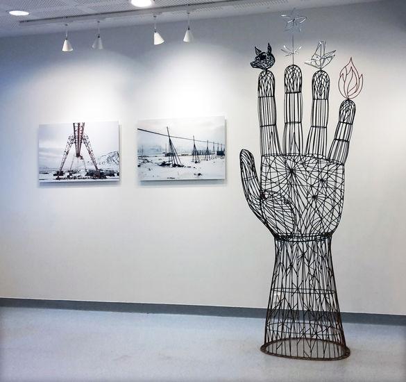 Avoin käsi; valokuvia sarjasta Maailman rakentaminen