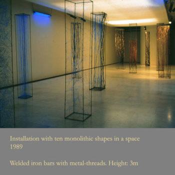Teoksen nimi: Ten Monoliths in a space 1989 / Kluuvin Galleria