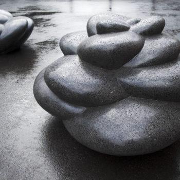 Teoksen nimi: Asfalttikukkaset, 2009, läpivärjätty betoni