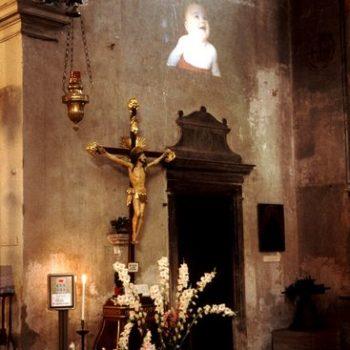 Teoksen nimi: Infant   1995,  videoinstallaatio, Venetsian Biennale 1995, Chiesa di San Giovanni in Bragora