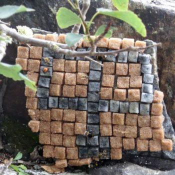 Teoksen nimi: Kalastajan puumerkki, Halstari, Puumerkkejä mehiläisille, 2016, Harakan saari