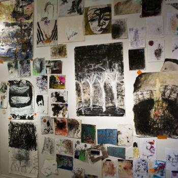 """Teoksen nimi: Ripustusta näyttelystä """"Paperihommia ja puupinoja"""" Galleria Oyoy, Lahti 2010"""