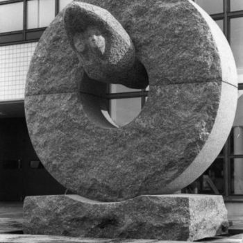 Teoksen nimi: Se pyörii sittenkin, 1984, kiviveistos, korkeus 280 cm