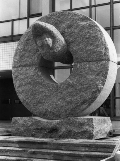 Se pyörii sittenkin, 1984, kiviveistos, korkeus 280 cm