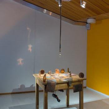 Teoksen nimi: Minä heijastan sinua / Juokseva pöytä 2008