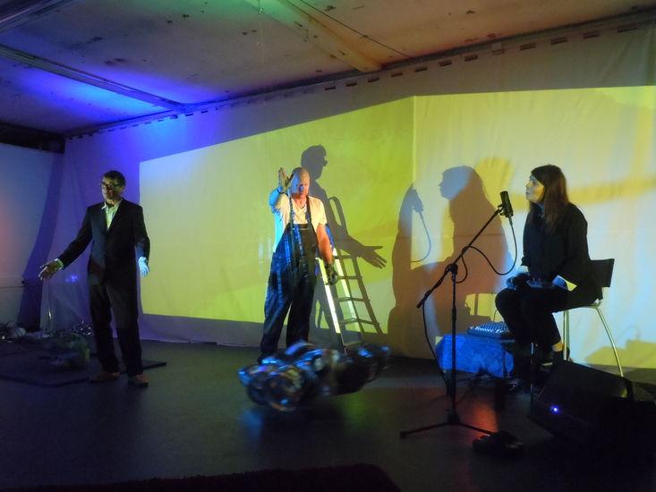 Minä ja Saurofoni performanssi: Yrjänä Sauros, Sanni Orasmaa, Bjarne Lönnroos 2013