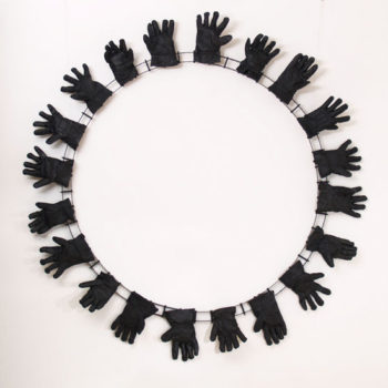 Teoksen nimi: Hanskat / Gloves