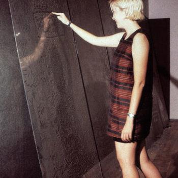 Teoksen nimi: Dust Board – Pölytaulu   1997   vuorovaikutteinen installaatio 1997, ICA Boston, USA