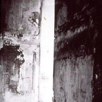Teoksen nimi: Asuinrakennuksen sisäänkäynti sodan jälkeen, Sarajevo Grbavican kaupunginosa, Bosnia Hercegovina