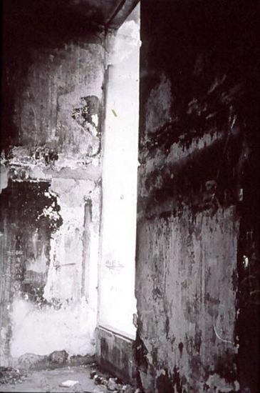 Asuinrakennuksen sisäänkäynti sodan jälkeen, Sarajevo Grbavican kaupunginosa, Bosnia Hercegovina