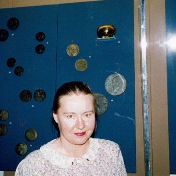 Name of the work: FIDEM:n  kansainvälinen näyttely Lontoo British  Museum  1992.  NEUTRIINO  pronssi  ylhäällä oikealla.