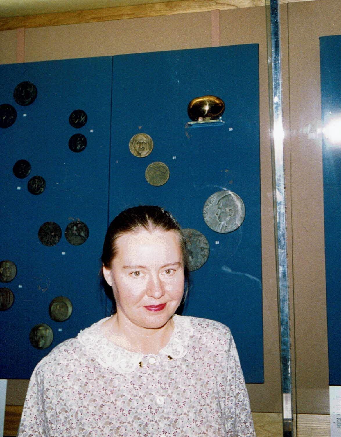 FIDEM:n  kansainvälinen näyttely Lontoo British  Museum  1992.  NEUTRIINO  pronssi  ylhäällä oikealla.