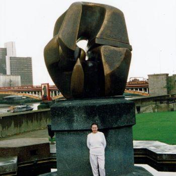 Name of the work: Lontoossa 1992. Kävin Tate Galleriassa. Tässä ihailen Henry Mooren veistosta