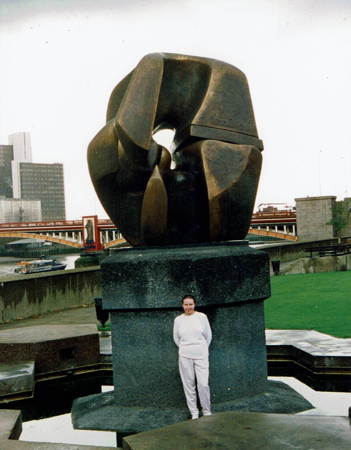 Lontoossa 1992. Kävin Tate Galleriassa. Tässä ihailen Henry Mooren veistosta