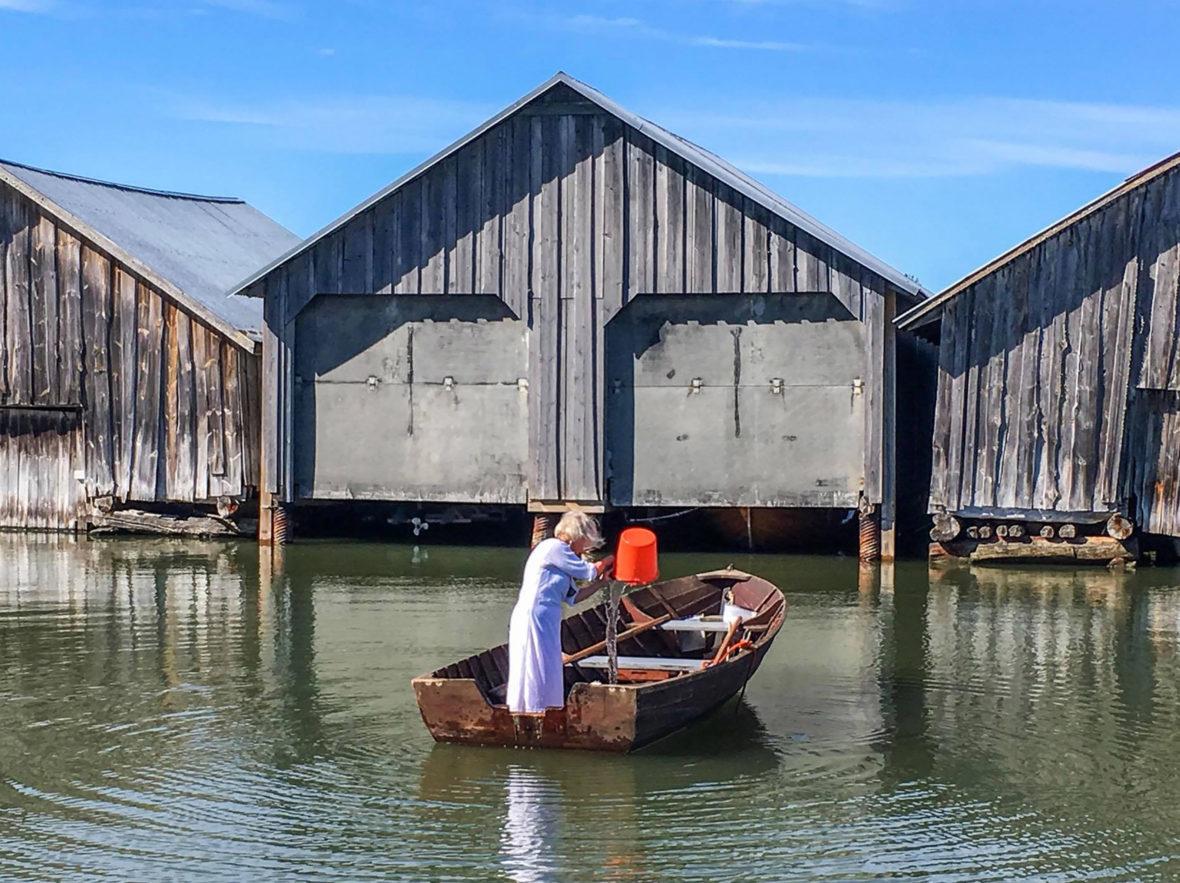 Vettä veneeseen / Filling the Boat