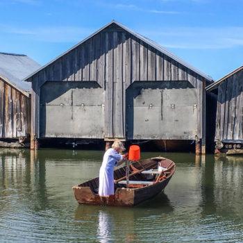 Teoksen nimi: Vettä veneeseen / Filling the Boat