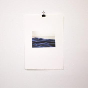 Teoksen nimi: Päiväpeitto gallerian lattialla