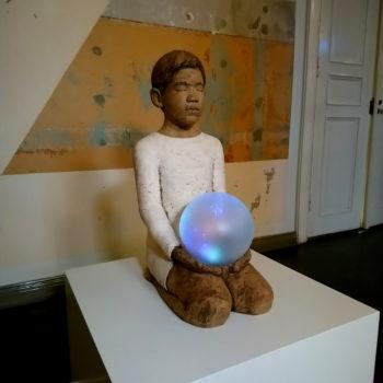Teoksen nimi: Onni-veistos 2018, keramiikka, lasi ja video. Joensuun taidemuseo Onni