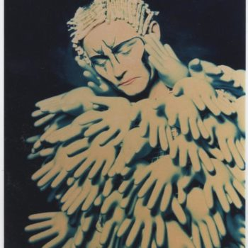 Teoksen nimi: Turvallinen Iho / Safe Skin /Pukea Kuvaksi – Galleria Jangva 1997