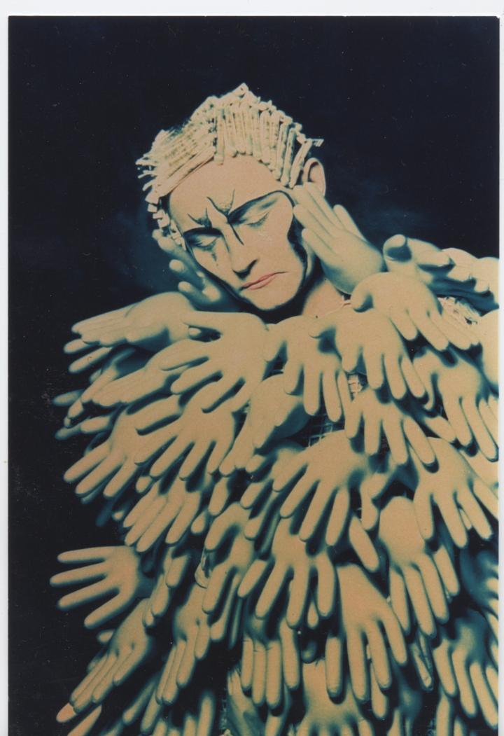 Turvallinen Iho / Safe Skin /Pukea Kuvaksi – Galleria Jangva 1997