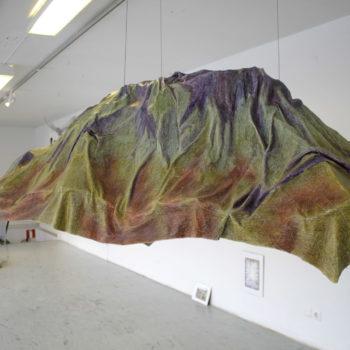 Teoksen nimi: Teos siitä, kuinka vuori laskostuu
