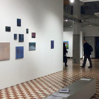 Teoksen nimi: Ripustuskuva Hymni, Galleria Huuto, Helsinki 2019