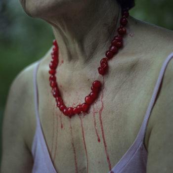 Teoksen nimi: Punaherukkahelmet, 2000 / Red currants, 2000