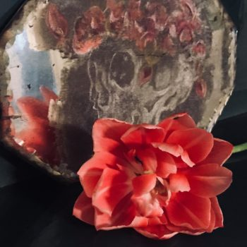 Teoksen nimi: Mirror mirror in muro…, 2018, mokulitografia ja pigmentinsiirto peilille, 28 x 13,5 cm