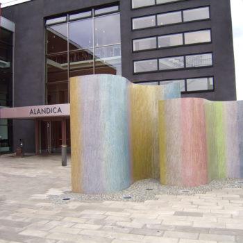 Teoksen nimi: Swing Alandica-kultuurikeskusen edessä Maarianhaminassa