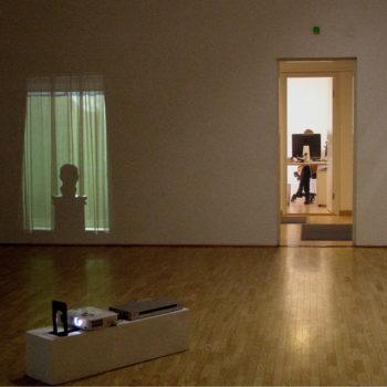 Teoksen nimi: Museo / Ikkunat -videoinstallaatio 2011, tm-galleria Helsinki