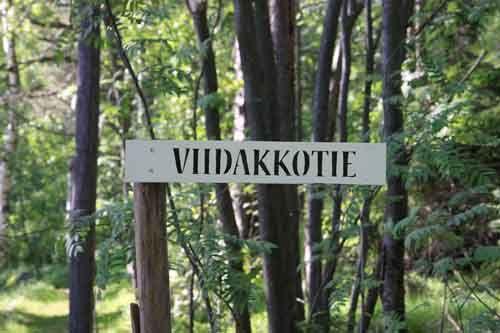 Polkukyltit-yhteisötaideteos. ©2012