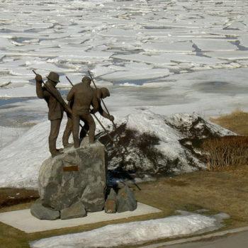 Teoksen nimi: Uitto patsas / Log floeater statue