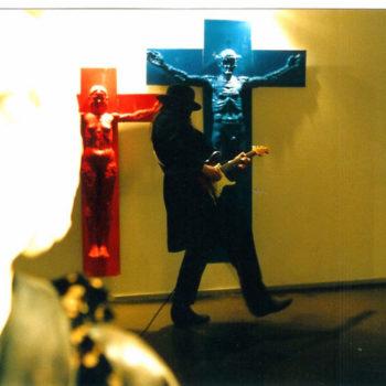 """Teoksen nimi: Hombre Lampinen soittaa näyttelyn """" Lumikki ja 7 kuolemansyntiä """" avajaisissa näyttelyyn säveltämäänsä musiikkia."""