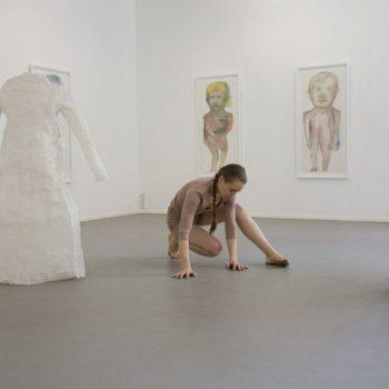Teoksen nimi: Siirtymiä Yksityisnäyttely Galleria G 2009 Peformanssi Ronja Verkasalo