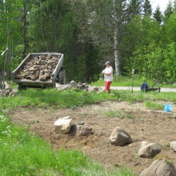 Teoksen nimi: Kivikuorma naapurin avustuksella..yhteisöllinen päivä 10.6.2015.