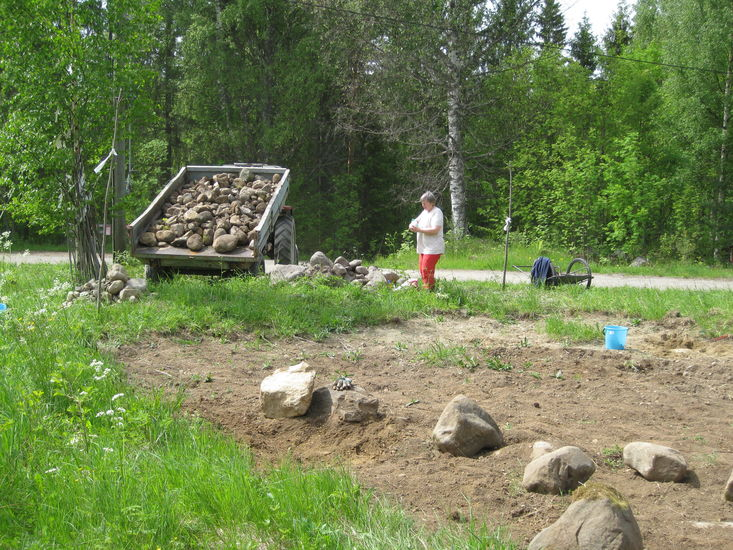 Kivikuorma naapurin avustuksella..yhteisöllinen päivä 10.6.2015.