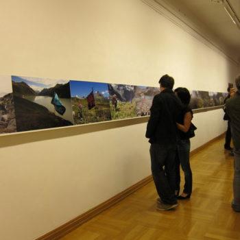 Teoksen nimi: Muukalaisvaeltaja / Alien Hiker. SilvretAtelier, Austria