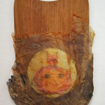 Teoksen nimi: Burkha-tyttö, assemblaasi,  22 x 31,5 cm, sekatekniikka, käsintehty paperi, ready made, 2013