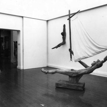 Teoksen nimi: Hirsiveistoksia Turun taidemuseon näyttelyssä, 1984