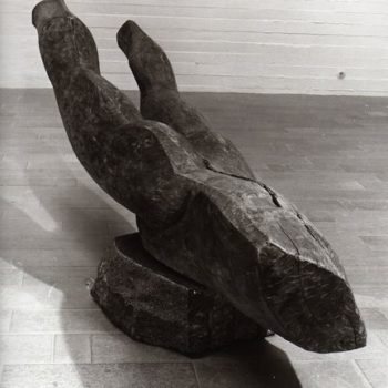Teoksen nimi: Mies aurana, 1985, puuveistos, korkeus 100 cm, leveys 90 cm, pituus 300 cm