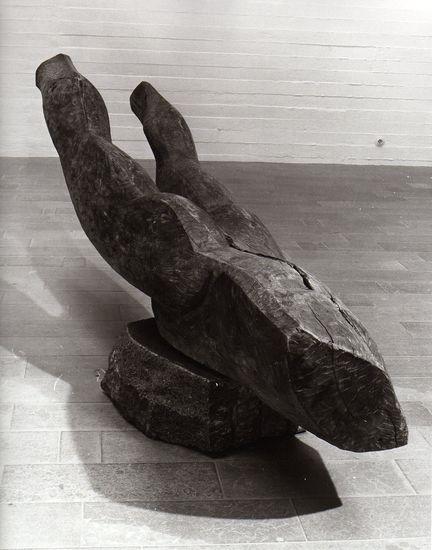 Mies aurana, 1985, puuveistos, korkeus 100 cm, leveys 90 cm, pituus 300 cm
