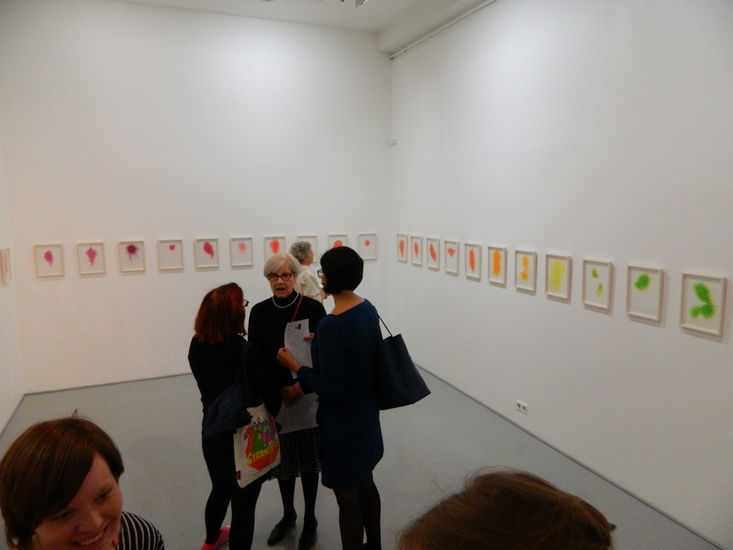 Möököpölyä-piirustusinstallaatio ripustettuna TM Galleriassa 2012
